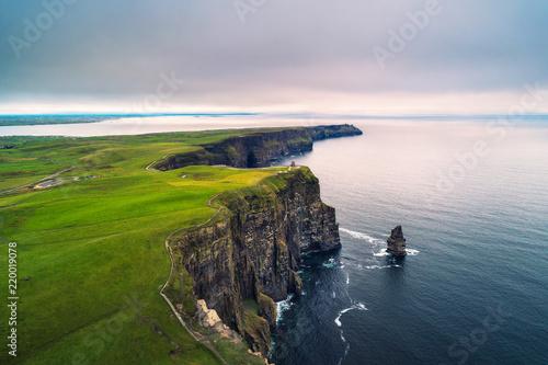Widok z lotu ptaka na malownicze klify Moher w Irlandii