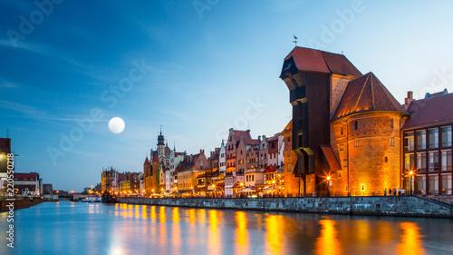 Schronienie nad Motławą ze starym miastem Gdańska w Polsce