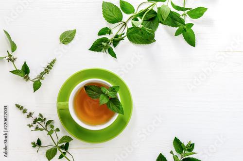 Miętowy herbaciany tło z przestrzenią dla teksta