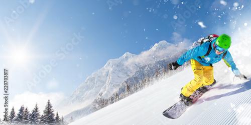 Snowboardzista człowiek jazda na stoku.
