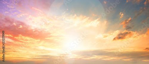 Koncepcja świata niebieskiego: Zachód słońca / wschód słońca z chmurami