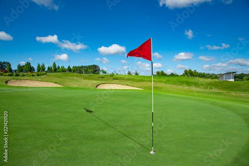 Pole golfowe i czerwona flaga