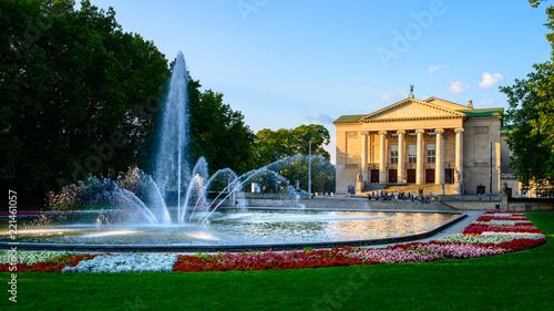 Teatr Wielki - neoklasyczna opera zlokalizowana w Poznaniu - w promieniach zachodzącego słońca
