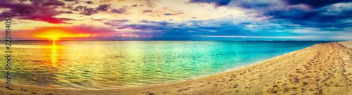 Widok na morze o zachodzie słońca. Niesamowity krajobraz. Piękna panorama plaży