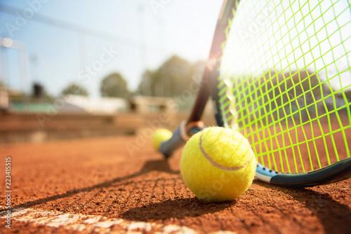 Tenis, rakiety tenisowe i piłka tenisowa na korcie tenisowym