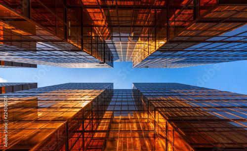 Złoty budynek z niebieskim niebem. Szyba Windows nowoczesnych biurowców. projekt elewacji. Architektury powierzchowność dla pejzażu miejskiego tła.