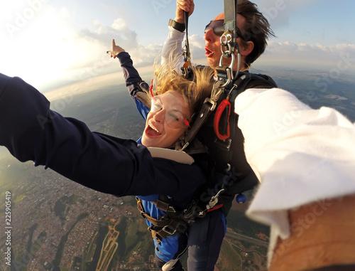 Selfie tandemowe spadochroniarstwo z piękną kobietą