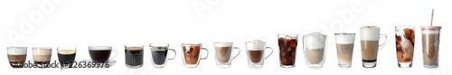 Zestaw z różnymi rodzajami napojów kawowych na białym tle