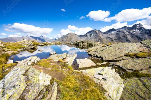 Alpy Gran Paradiso - górskie jezioro z odbiciami chmur - Cogne Aosta Valley - Park Narodowy Grand Paradis