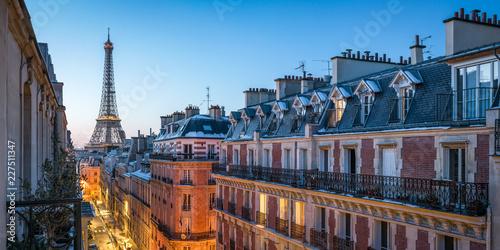 Ponad dachami Paryża z widokiem na Wieżę Eiffla we Francji