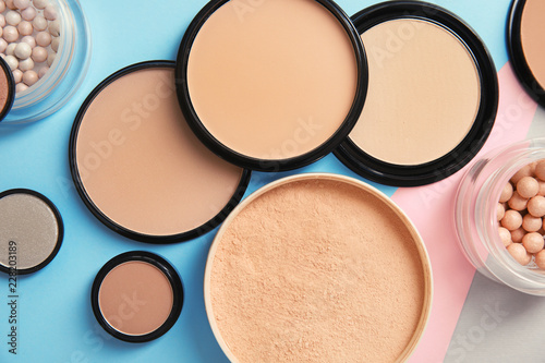 Płaska kompozycja z różnymi pudrami do makijażu na kolor tła