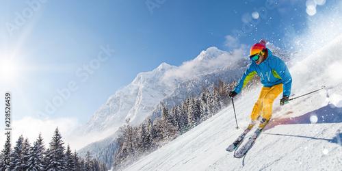 Narciarz zjazd w wysokich górach