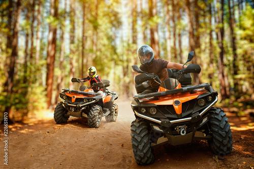 Dwóch jeźdźców ATV, wyścig prędkości w lesie, widok z przodu
