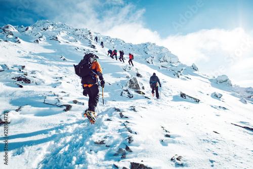 Grupa wspinaczy wspinających się zimą na górę