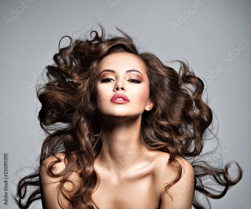 Twarz pięknej kobiety z długimi latającymi włosami