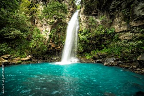 Majestatyczny wodospad w dżungli lasów tropikalnych Kostaryki. Wodospad La Cangreja w Parku Narodowym Rincon de La Vieja, Guanacaste