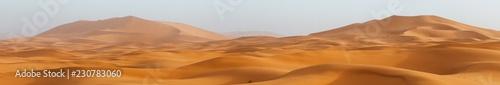 Niesamowity krajobraz panoramy przedstawiający pustynię Erg Chebbi na pustyni Sahary Zachodniej w Maroku