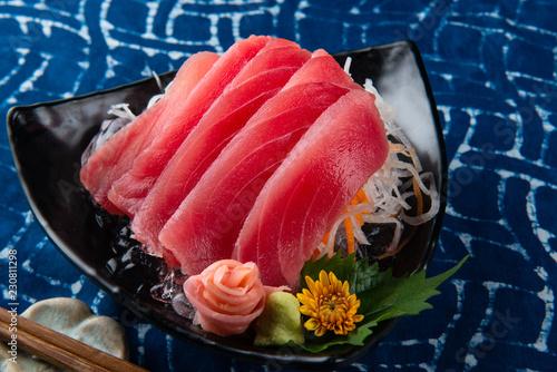Cięcie plastra sashimi z tuńczyka.