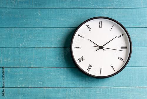 Rocznika zegar z rzymskimi liczbami na drewnianym tle