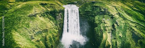 Islandia wodospad Skogafoss transparent natura pejzaż. Panoramiczny cel podróży w islandzkiej światowej sławy atrakcja turystyczna w południowej Islandii. Widok z lotu ptaka drone górnego wodospadu.