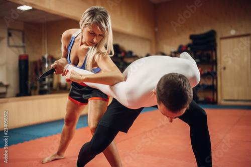 Kobieta robi łokieć kopnięcie, trening samoobrony