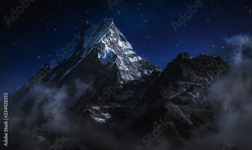 Machapuchare w nocy. Góra w Himalajach Annapurna w północno-środkowym Nepalu. Cyfrowo edytuj obraz