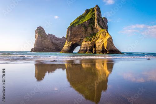 Formacje skalne na Wharariki Beach, Nowa Zelandia