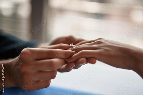 Pojęcie zaangażowania. Zamyka w górę portreta młody dżentelmenu kładzenia pierścionek na palcu jego ukochana kobieta