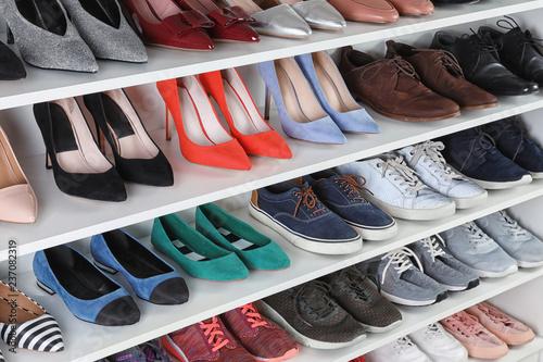 Regał z różnymi butami. Element wnętrza garderoby