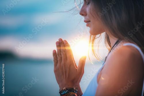 Medytować Modlitwa zamknięta żeńska ręka