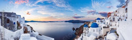 Piękny panorama widok Santorini wyspa w Grecja przy wschodem słońca z dramatycznym niebem.