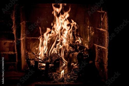 ogień płonący w kominku
