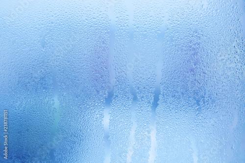 Tło zamglone szkło. Silna wilgotność w zimie. Krople wody z kondensacji w domu na oknie