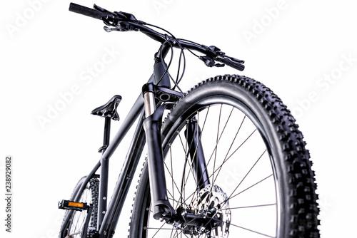 rower górski na białym tle