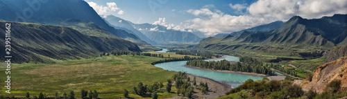 panorama letniego krajobrazu w górach. Dolina górskiej rzeki Katun turkus. rzeka płynie między górami i szerokimi polami. błękitne niebo i chmury widok z wysokiego punktu