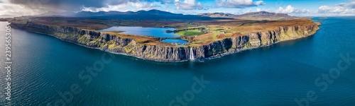 Widok z lotu ptaka na dramatyczne wybrzeże na klifach Staffin ze słynnym wodospadem Kilt Rock - Isle of Skye - Szkocja