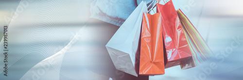 Kobieta spaceru i gospodarstwa torby na zakupy. panoramiczny baner