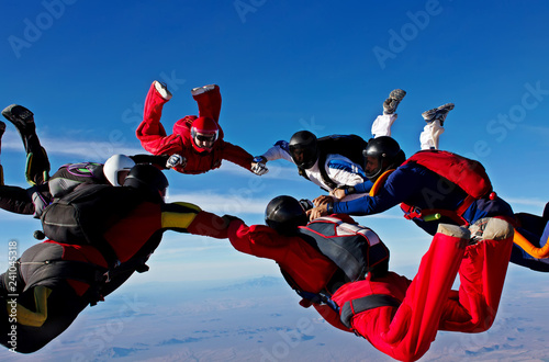 Formacja zespołowa spadochroniarstwa tworzy koło