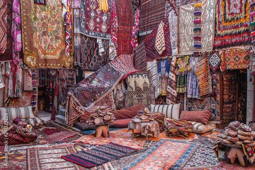 CAPPADOCIA, TÜRKEI - 29. OKTOBER 2018: In einem Teppichladen in Kappadokien werden farbenfrohe Teppiche und Teppiche orientiert