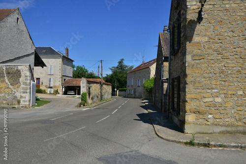 Sagy, Francja - 8 lipca 2018 r .: główna ulica w centrum miejscowości