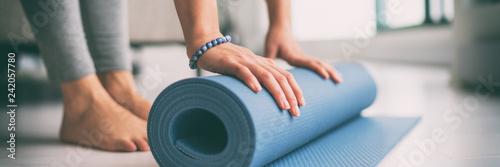 Joga w domu aktywny tryb życia kobieta toczenia matę do ćwiczeń w salonie na poranne medytacje Joga transparent tło.