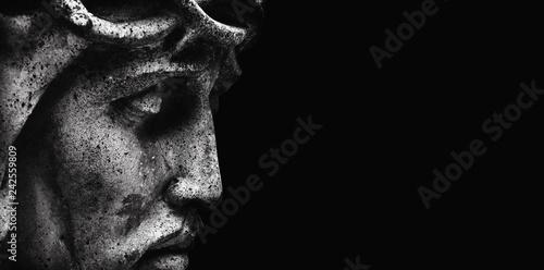 Jezus Chrystus z profilu. Starożytny posąg. Religia, wiara, śmierć, cierpienie, nieśmiertelność, koncepcja Boga.