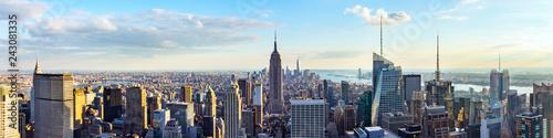 Panoramę Nowego Jorku z dachu z wieżowców miejskich przed zachodem słońca. Nowy Jork, USA. Zdjęcie panoramiczne.