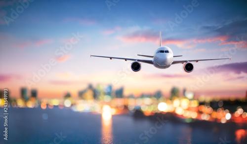 Samolot W Locie O Zmierzchu Z Niewyraźne Pejzaż