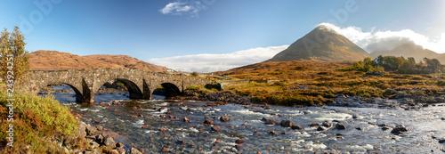 Szkocja, Wyspa Skye - panoramiczny widok na most Sligachan i góry Cuillin