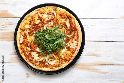 Pizza na cienkim cieście. Smakowita pizza z warzywami podana na blaszce.