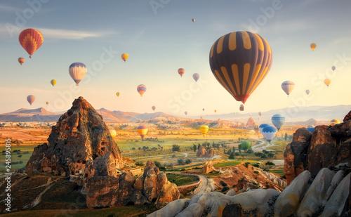 Balony na ogrzane powietrze latające nad spektakularną Kapadocją. Turcja