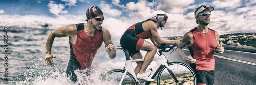 Triathlon sport transparent człowiek działa, pływanie, jazda na rowerze na tle wyścigu konkurencji. Kompozytowy rower do pływania Triathlete.