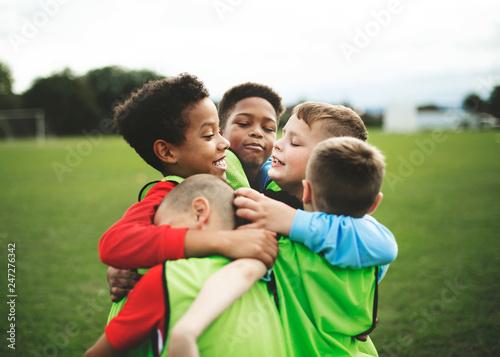 Młodzieżowa drużyna futbolowa przytulająca się