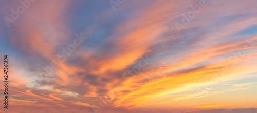 Panoramiczny wschód słońca niebo z kolorowymi chmurami
